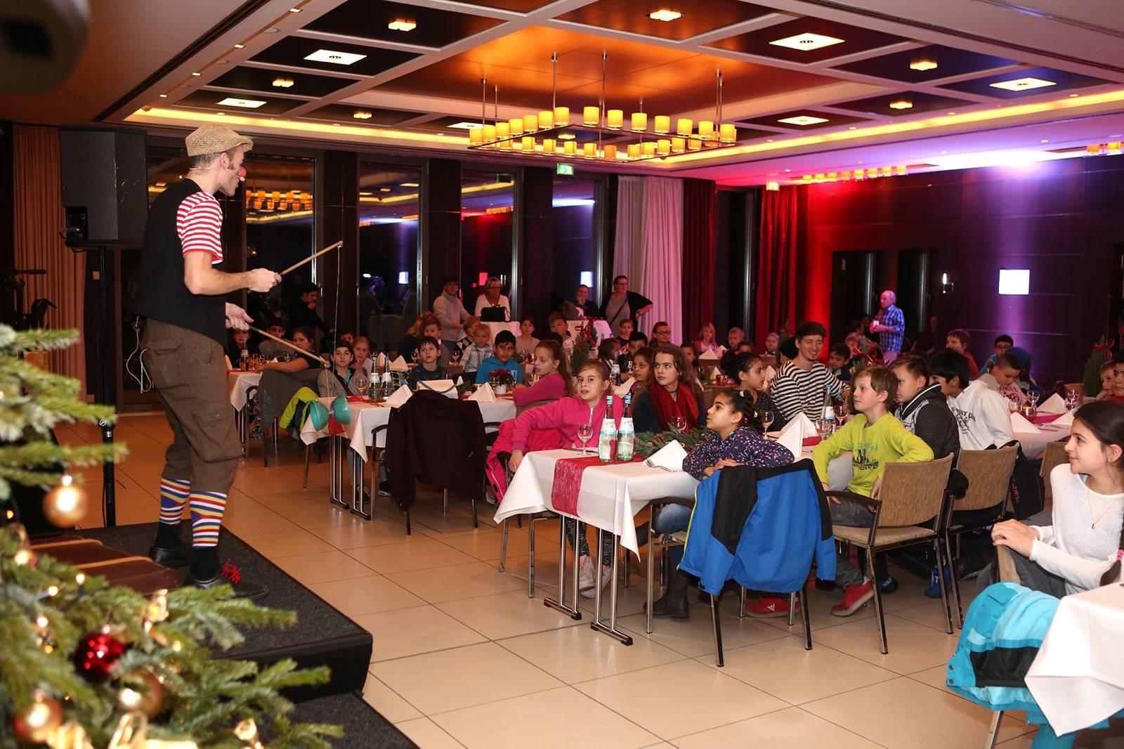"""Weihnachtsfeier im """"Hotel im Wasserturm"""" mit 100 Kindern mit Prominenter Unterstützung"""